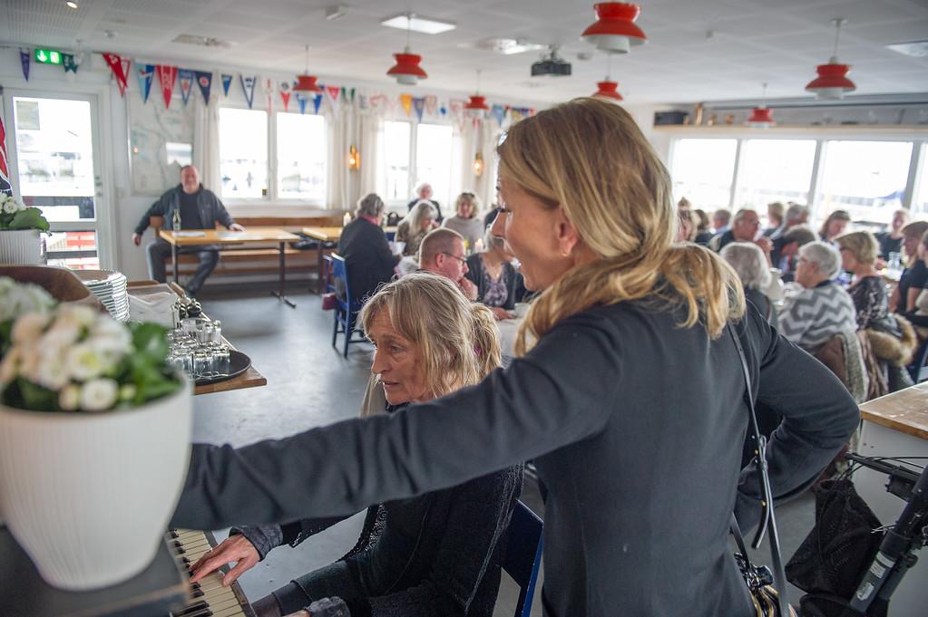 HELGAS YNDLINGSSANGE BLIVER OVERTAGET AF DE NÆSTE GENERATIONER