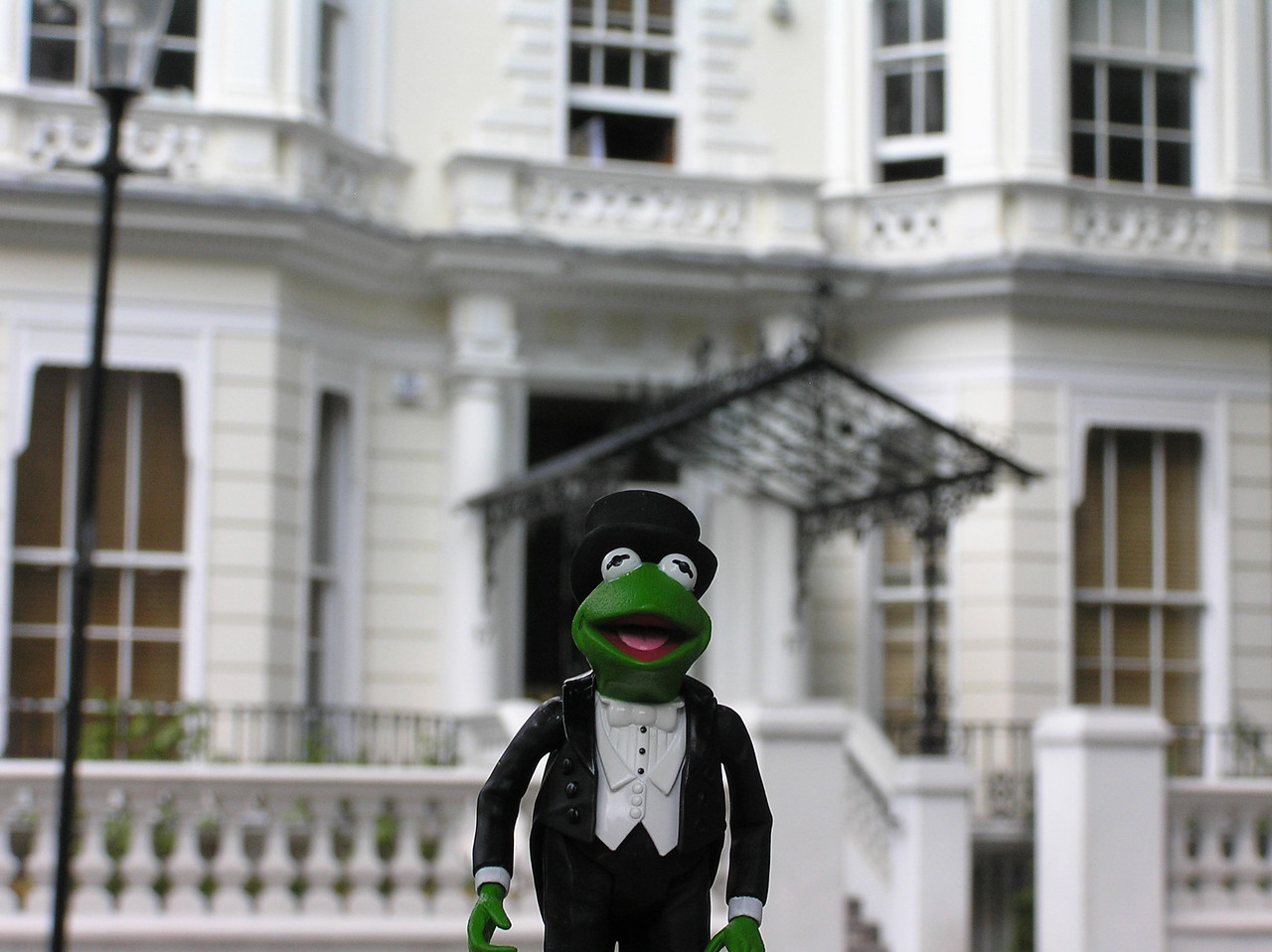 Kermit, dressed in his tuxedo, picks up Miss Piggy on their way to the Dubonnet Club.