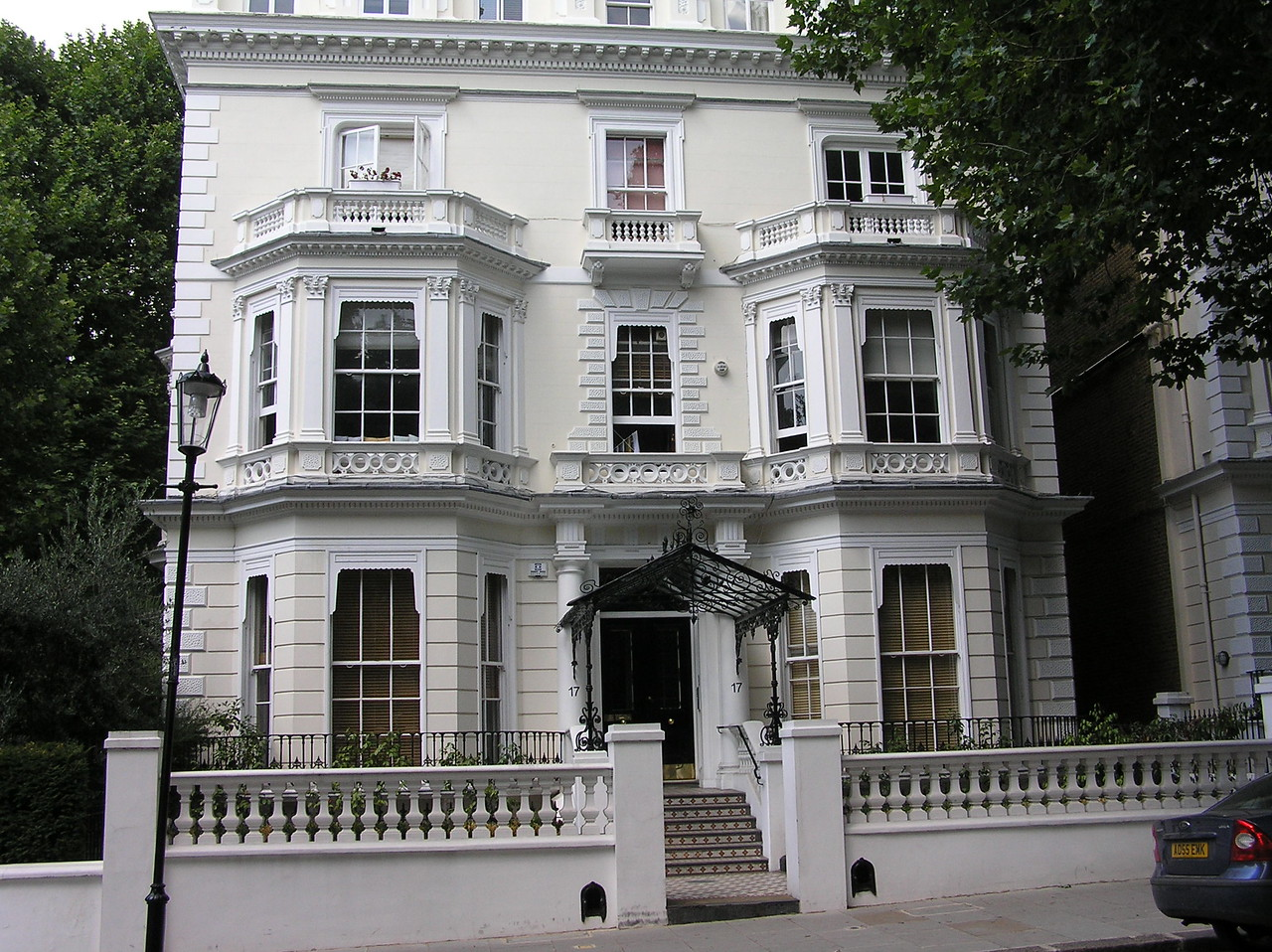 Despite Miss Piggy claiming to live here, it was actually the home of Neville and Dorcas, played by John Cleese and Joan Sanderson. Miss Piggy had to sneak in through a window after climbing up the left side of the building.