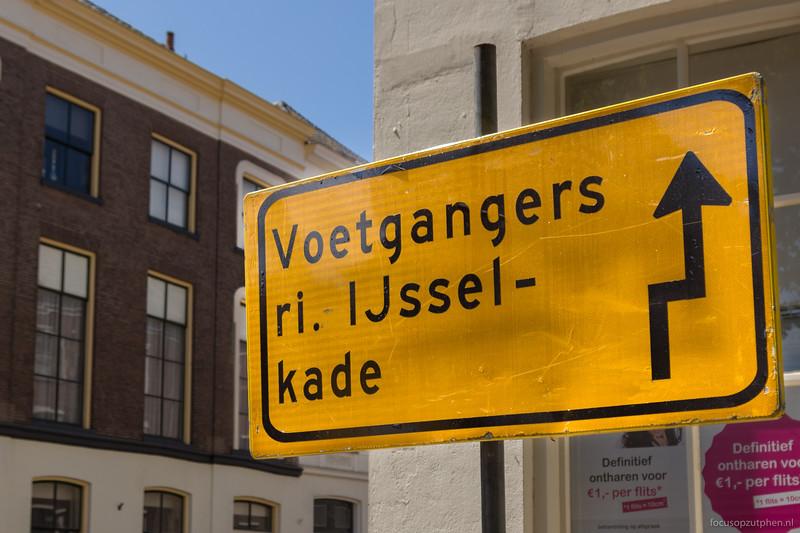 Voetgangers richting IJsselkade...