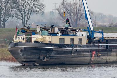 Tokaj II verliest haar stuurhut door tegen de IJsselbrug te varen