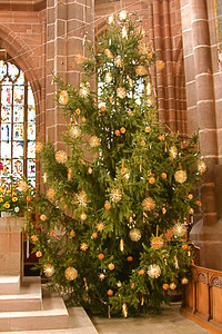 Most churches had live Christmas trees decorated with star-shaped ornaments mad of straw. Real fruit and candles were also used to decorate the trees.