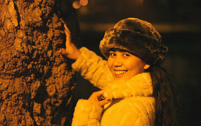 The soft lighting of the sodium lamps on the Embankment illuminate a truly wonderful smile that is exaggerated by its stark contrast to the texture of the bark on one of the magnificent trees that line the river.