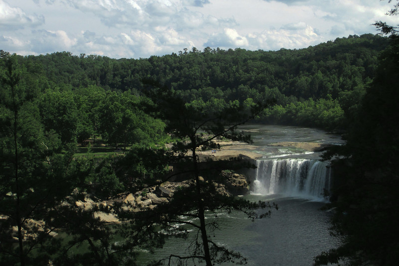 A closer look at Cumberland Falls from the cliffs of the Eagle Falls Trail...
