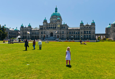 Hannah in front of the British Columbia Parliment building.