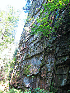 Gorge wall by the end of Hopyard Trail.