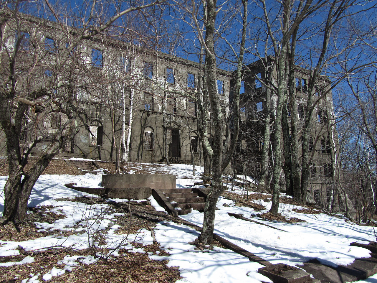 Overlook Mountain house. I'm sure this was an amazing sight in the heyday. Women in dresses and hats and umbrellas, men in suits sipping scotch trading stock tips. I'd like to see it fixed up.