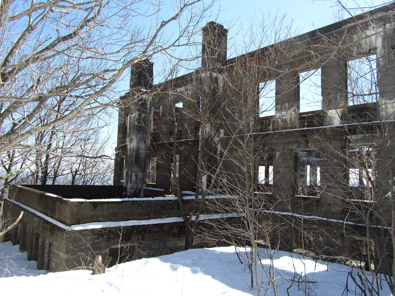 """I'm guessing this room off to the side was the ballroom. This site has some good information about the old hotel.<br /> <br />  <a href=""""http://www.hudsonvalleyruins.org/yasinsac/overlook/overlook.html"""">http://www.hudsonvalleyruins.org/yasinsac/overlook/overlook.html</a>"""