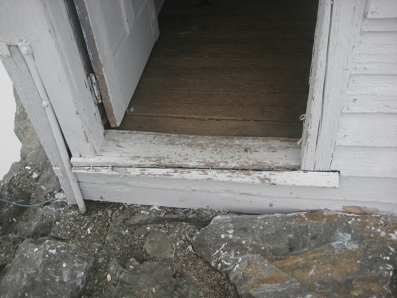 S side, door: threshold is split/broken