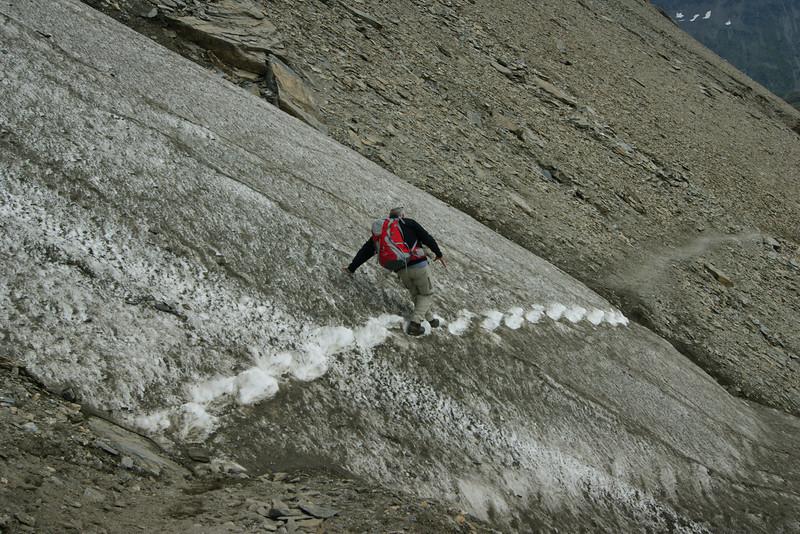 Weg über Schneefeld hinter der Salmhütte auf 2.640 m Höhe.