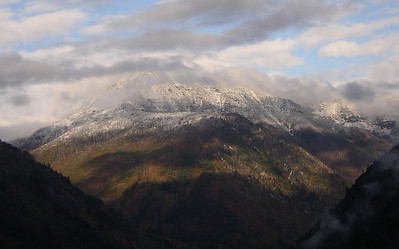 There is fresh snow on the mountains near the trailhead.  Is this Cashmere Mountain?