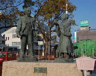 Statue that depicts the encounter between Hideyoshi and Mitsunari