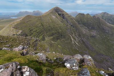 Uitzicht vanaf Tom na Gruagaich (maagdenheuvel) op Sgurr Mhor en de drie hoorns