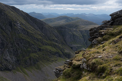 A peek into the precipice of the upper part of Gleann na Sgualb