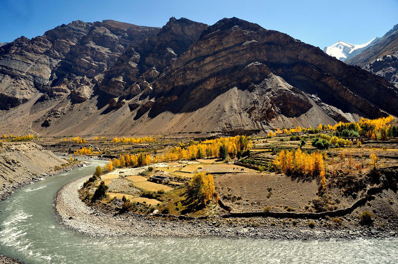 The peak of Manirang and the Spiti valley near Poh