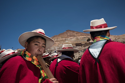 Musicians accompany the Offertory procession of the Miners Carnival in the descent from the Cerro Rico mountain, for the blessing of their saints in the Cathedral of the city of Potosi, Bolivia. 23 January 2016./ Musicos acompañan la prosecion del carnaval minero en el descenso del Cerro Rico para la bendicion de los santos en la catedral de la ciudad de Potosi, Bolivia. Enero 23 de 2016.