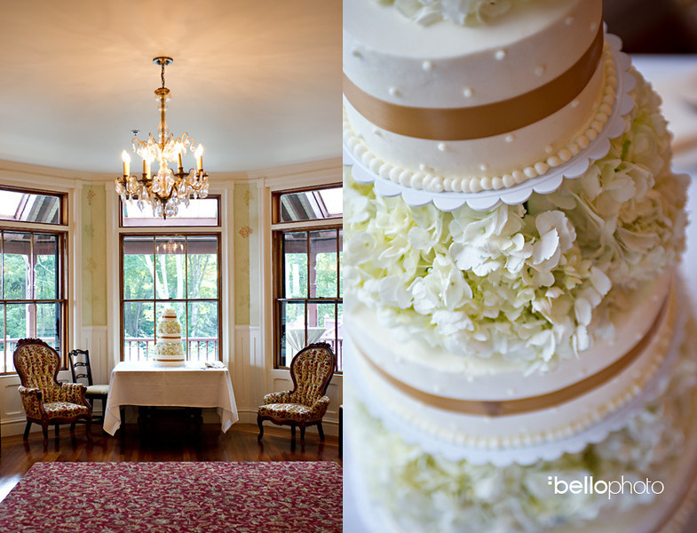 Vintage wedding cake to match your vintage decor. Photo By Bello Photography