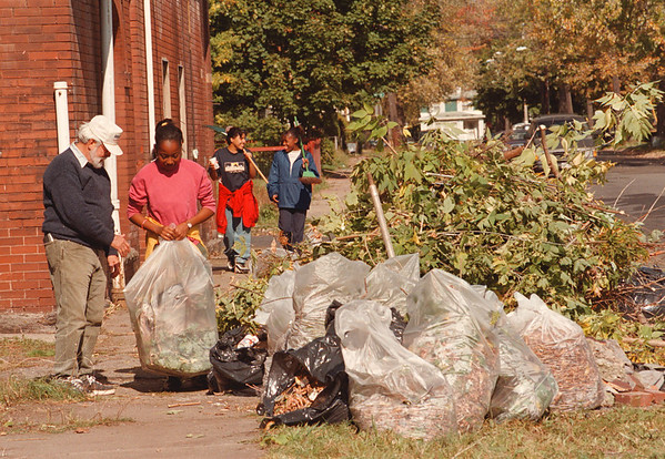 97/10/18--CLEAN SWEEP--DAN CAPPELLAZZO PHOTO--ALEX BURGESS AND 11-YR-OLD ROSHARA SHONT'E VIOLA REYNOLDS BAG TRASH TAKEN FROM THE ALLEY AT LINWOOD AND 15TH AS OYANE BRESLEL, 16  (LEFT) AND DOMINIQUE NATASHA JOHNSON PEBBLES, 12, WALK UP 15TH WITH RAKE AND BROOM TO HELP.<br /> <br /> LOCAL