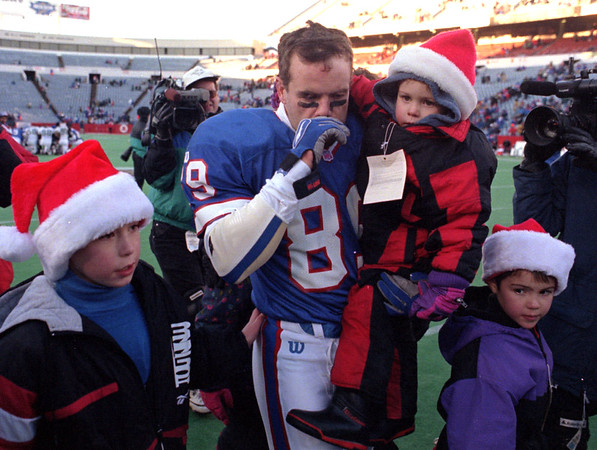 97/12/14--BILLS/TASKER END--DAN CAPPELLAZZO PHOTO--BILLS VET. STEVE TASKER WALKS OFF THE RICH STADIUM FIELD FOR THE LAST TIME WITH HIS FAMILY. TASKER WILL END HIS CAREER ON THE ROAD IN GREEN BAY NEXT SUNDAY.<br /> <br /> SP