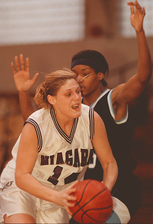 98/01/23--NU basket --Takaaki iwabu photo-- Niagara University Shannon Graham looks for a basket as St. Peter's Marcy Aghedo gurds her during the Saturday's game at NU. <br /> <br /> sports, Sunday, bw