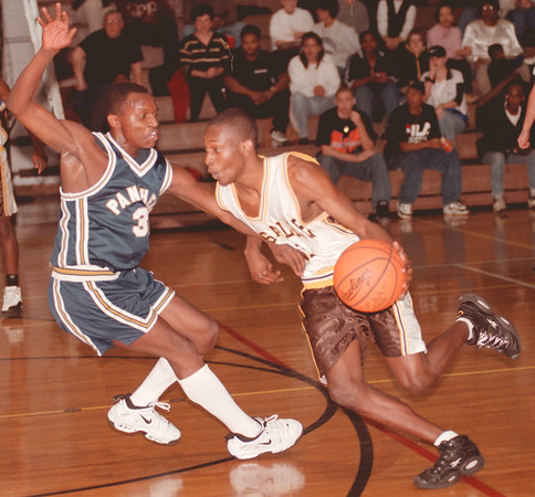 98/01/26--LASALLE HOOPS/B&W--DAN CAPPELLAZZO PHOTO--SWEET HOME'S DWAYNE McDUFFIE TRIES TO GUARD LASALLE'S DARRYL CAIN IN FIRST HALF ACTION.<br /> <br /> SP