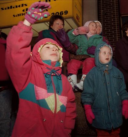 97/11/22-- Fest. of Light 3--tak photo-- Heather Wojno, 6, waves to the parade....