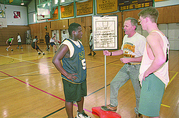 3/7/96--LASALLE HOOPS--CAPPY PHOTO--LASALLE COACH PAT MONTI TALKS WITH PLAYERS MIKE PARMAR (LEFT) AND JOHN RHOAT AS THE REST OF THE SQUAD PRACTICES IN PRPERATION FOR SUNDAYS GAME AGAINST EAST ROCH.<br /> <br /> SPORTS