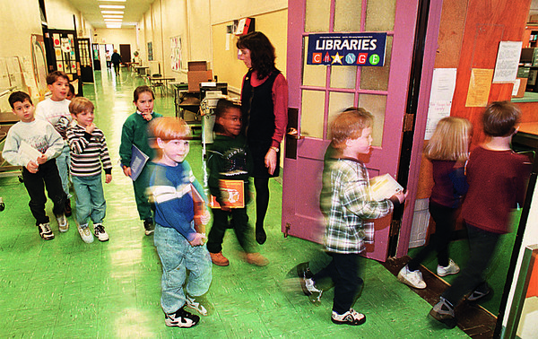 1/23/97--SCHOOL/REPORT CARD--CAPPY PHOTO--MAPLE  AVE. 1ST & 2ND GRADE TEACHER NANCY SCIRTO TAKES HER STUDENTS TO THE BOOK EXCHANGE AT THE MAPLE AVE SCHOOL  LIBRARY.