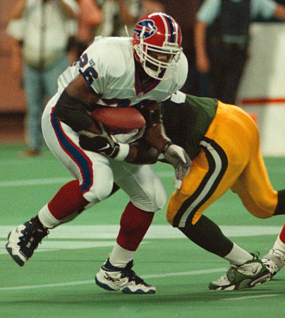 816/97--BILLS/ANTWAIN SMITH--DAN CAPPELLAZZO PHOTO--BILLS RUNNING BACK ANTOWAIN SMITH BRAKES A TACKLE FROM PACKERS (54) SETH JOYNER NEAR THE END OF THE SECOND QUARTER.<br /> <br /> SPORTS