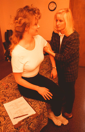 98/02/19--MASSAGE--DAN CAPPELAZZO PHOTO--MASSAGE THERAPIST NANCY McKAY GOES OVER HER TECHNIQUES WITH PATIENT CARRIE MONTELEONE, OF LEWISTON, AT THE CENTER STREET OFFICE.<br /> <br /> FEATURE