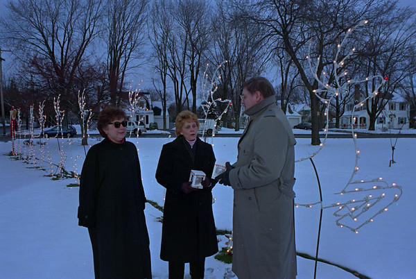 97/12/12--LIGHT UP LCKPT--DAN CAPPELLAZZO PHOTO--(LTOR) LIGHT UP LOCKPORT COMMITTE MARGE HAENLE, ELAINE FARCHIONE-ROSSELLI AND JIM BARRY SPEAK AT CHILDRENS MEMORIAL PARK.<br /> <br /> SATURDAY 36.6x 4.25