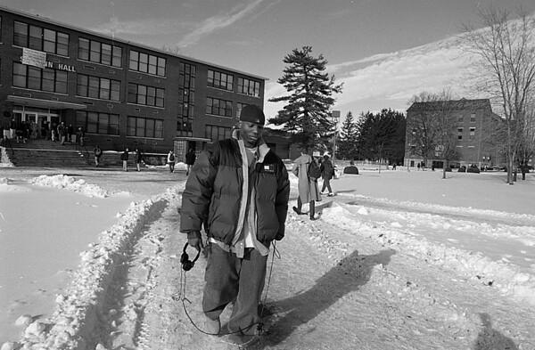 1/23/97--WINN/CAMPUS--CAPPY PHOTO--WINN WALKS THROUGH THE BONNA CAMPUS.