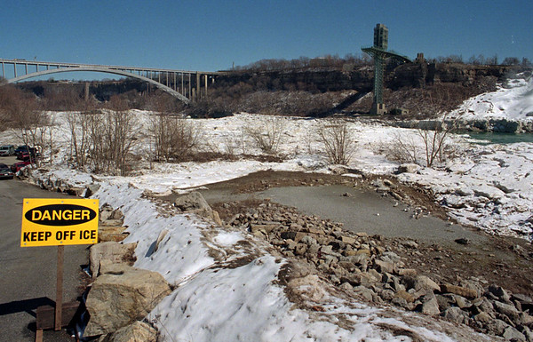 4/1/96--SPRING ICE BRIDGE--DAN CAPPELLAZZO PHOTO--A SIGN WARNS OF THE POTENTIAL DANGER OF THE SPRING ICE BRIDGE IN THE NIAGARA GORGE.<br /> <br /> NEWS/LOCAL