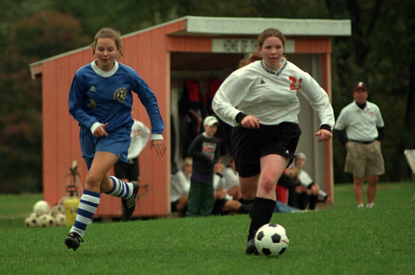 98/10/08 Lyndon vs Oakfield-Rachel Naber Photo-Jennifer Dill (left) of Lyndonville takes the ball up the field as Oakfiled- Alabama hornets put on the pressure.