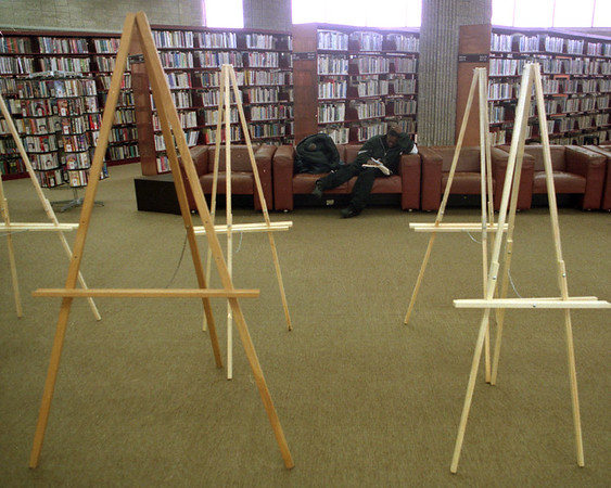 98/02/03--THE ART OF READING--DAN CAPPELLAZZO PHOTO--TOSHA HOWARD, OF NF, ENJOYS A QUIET MOMENT AMONG EASELS AT THE NF LIBRARY WAITING FOR ART.<br /> <br /> GRAPE
