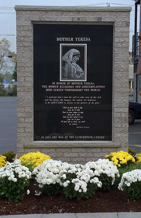 97/10/09 Mother Teresa - James Neiss Photo - St. Mary of the Cataract church erected a monument to Mother Teresa.