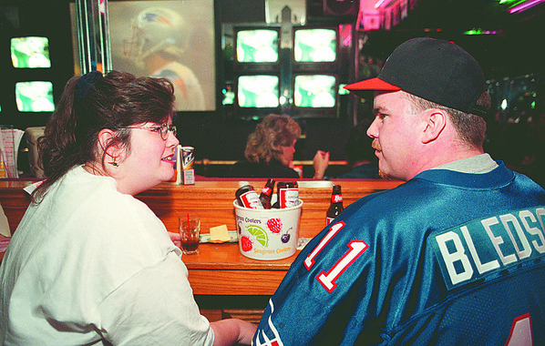 1/26/97--superbowl--CAPPY PHOTO--LORI AND STEVE BISHOP (HUSBAND AND WIFE), OF TORONTO TALK OVER THE OPENING KICKOFF OF SUPERBOWL 31 AT LEFTY'S SPORTS BAR.<br /> <br /> 1A