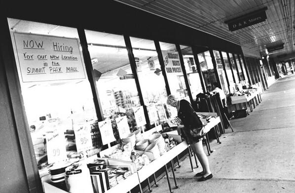 9/16/97--D&K STORES--DAN CAPPELLAZZO PHOTO--A SHOPPER BROWSES AT D&K PINE PLAZA.<br /> <br /> MONEY