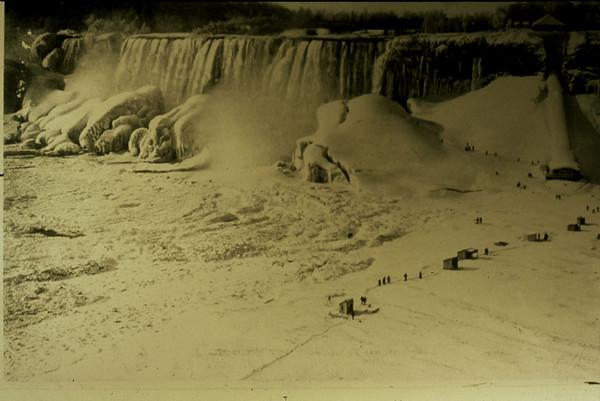 97/10/14-- Winter/Fall 5-- file Photo -- ice bridge on Falls