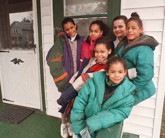 2/26/97-- Kathy Rozanski-- Takaaki Iwabu photo-- Kathy Rozanski, second from right in the back, with her five daughters, clockwise from front, Brandi, Sabrina, Morgan, Nicole and Ashley. <br /> <br /> feature, Wednesday, BW