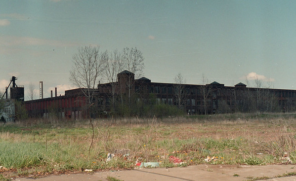 "5/12/97--EPA/BROWN FIELDS--DAN CAPPELLAZZO PHOTO--THE VACANT LOT AND AJOINING BUILDING ON THE CORNER OF HIGHLAND AND BEECH  (3001 HIGHALND) IS SLATED FOR FEDERAL ""BROWN FIELD"" MONEY.<br />  <br /> <br /> 1A NEWS"