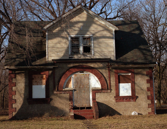 98/02/26--LOVE CANAL HOME--DAN CAPPELALZZO PHOTO--AN ABANDON HOME ON FRONTIER BETWEEN 100TH AND 101.<br /> <br /> OPINION