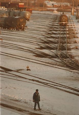 97/11/18--a railway worker--Takaaki Iwabu photo-- A railway worker walks across the railway track near (Amtrack's) Niagara Falls station on Lockport Rd Tuesday.<br /> <br /> Grapevine photo