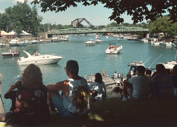 7/20/97-- Canal Fest -Takaaki Iwabu photo-- People sits under trees to watch boats go by on Erie Barge Canal. The annual Canal Fest kicked off Sunday and will continue through this week. <br /> <br /> local, Monday, bw