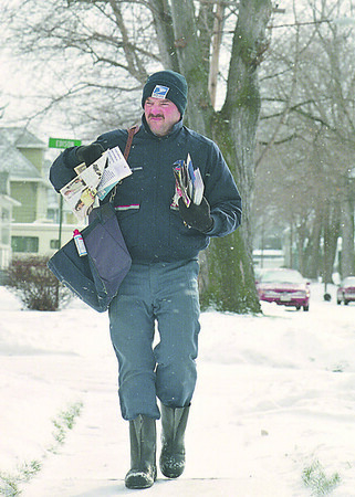 1/16/97-- mailman-- Takaaki Iwabu photo-- Kevin Kaczmarek, US postal worker, walks on icy sidewalk as he delivers mail Thursday. (He is one of those people who work outside no matter what the weahter is-------- for weather-related story)<br /> <br /> 1A, Friday