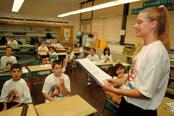 6/10/97--COLONIAL VILLAGE--DAN CAPPELLAZZO PHOTO--COLONIAL VILLAGE 5TH GRADE TEACHER LISA D'ANTUONO READS TO HER CLASS.<br /> <br /> ECHO