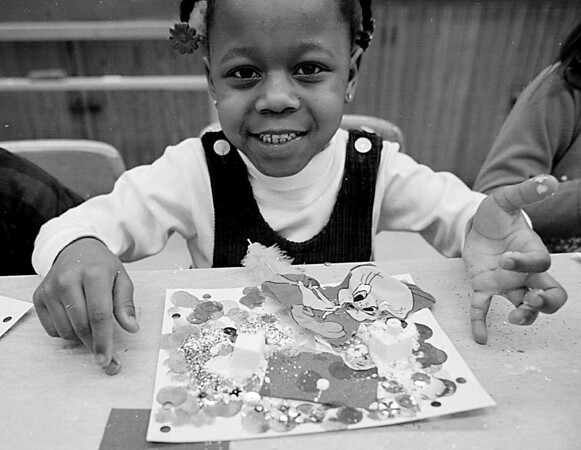 1/16/97--ABATE/QUILT KIDS--CAPPY PHOTO--SHAQUANNA KNIGHTON, 4, SHOWS OFF HER FINISHED FRIENDSHIP QUILT, AT THE ABATE HEADSTART KINDERGARDEN PROGRAM.<br /> <br /> FEATURE MONDAY