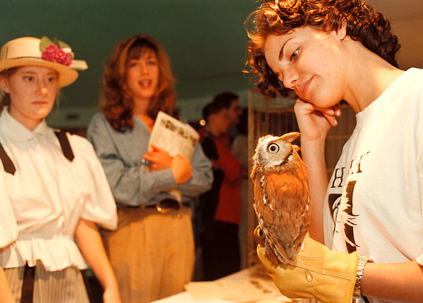 97/10/04-- Sea & Do Fest--Takaaki Iwabu photo-- Emily Insalaco from Hawk Creek Wildlife Rehabilitation Center, Inc., shows an Eastern Screech Owl to the visitors to Sea & Do Festival at Niagara Aquarium Saturday. (This was one of many booths at the fest...) <br /> <br /> local, color, Sunday