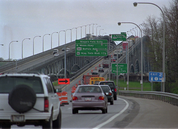 5/21/97--GRAND ISALND BRIDE CONST.---DAN CAPPELLAZZO PHOTO--CONSTRUCTION ON THE NORTH G.I. BRIDGE HAS TRAFFIC SLOWING TO ONE LANE.<br /> <br /> 1A SUNDAY FOLDER