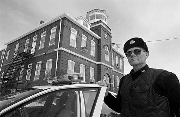 1/12/96--LEWISTON POLICE--CAPPY PHOTO--LEWISTON POLICE OFFICER BERRY MELTON STANDS OUT OF HIS PATROL CAR IN FRONT OF LEWISTON VILLAGE HALL.<br /> <br /> L9ACX